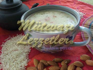 Sopa de arroz con almendras