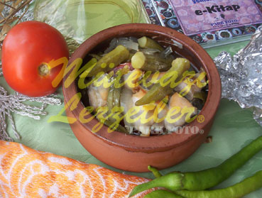 Casseroled okra con pollo